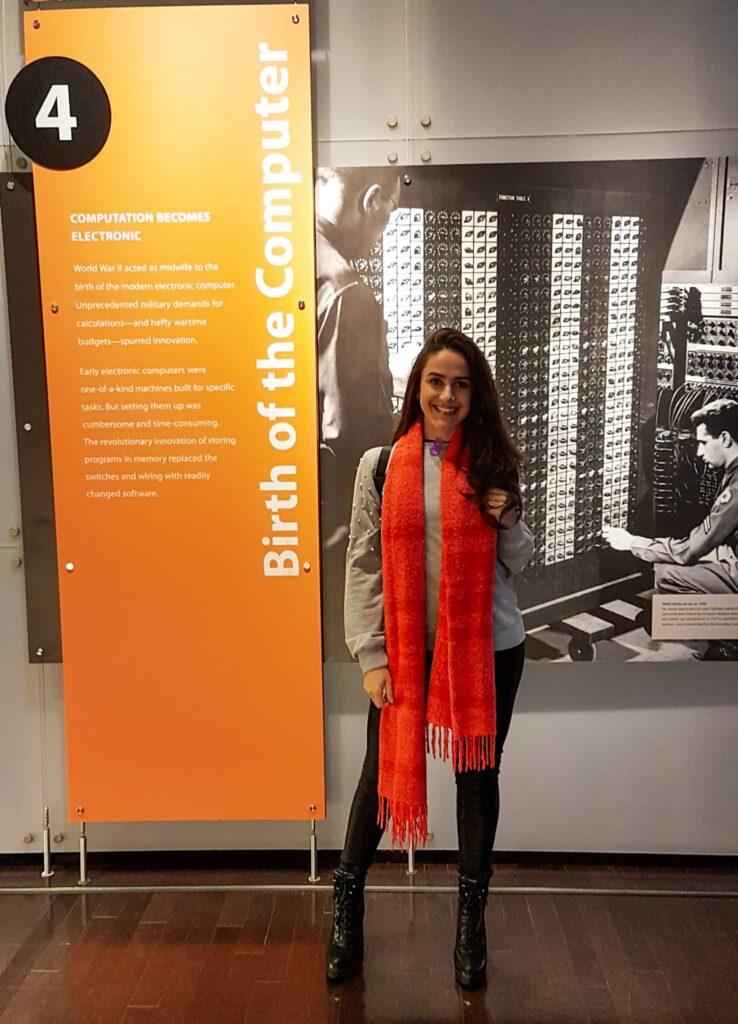 Moça no Museu do Computador, Vale do Silício