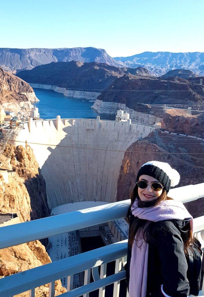 Mulher em ponte avistando a Barragem Hoover, Estados Unidos