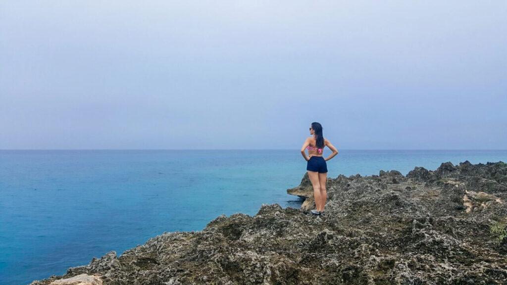 Mulher na Ilha de San Andres avistando mar do caribe