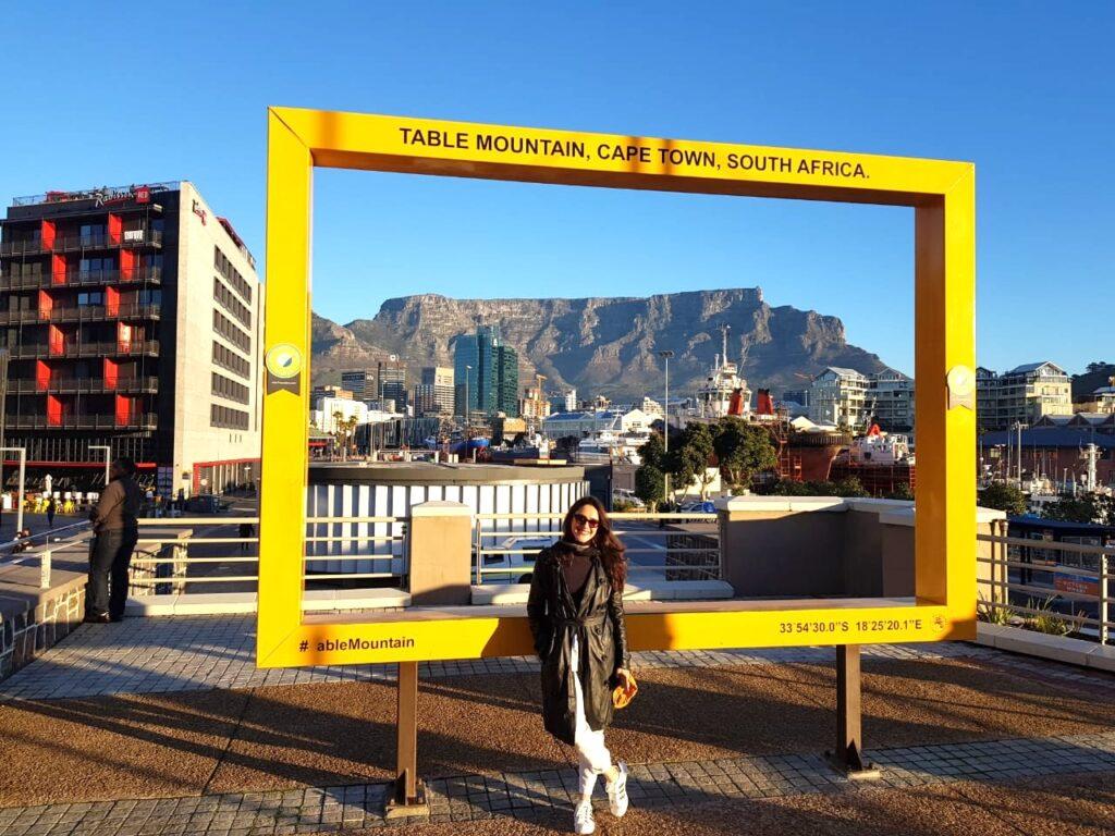 """Mulher em """"moldura"""" de quadro amarelo famoso de Cape Town, África do Sul"""