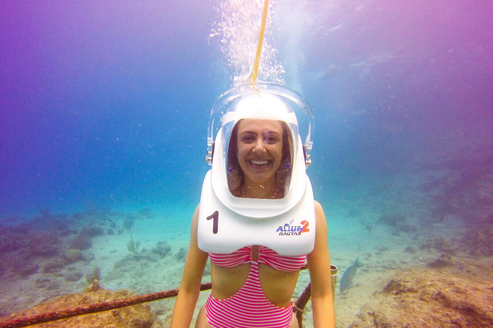 Mulher mergulhando com capacete no mar do caribe colombiano