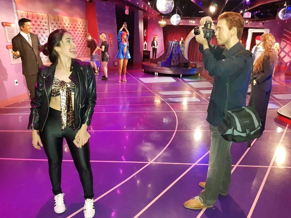 Mulher se divertindo no Madame Tussauds, Los Angeles