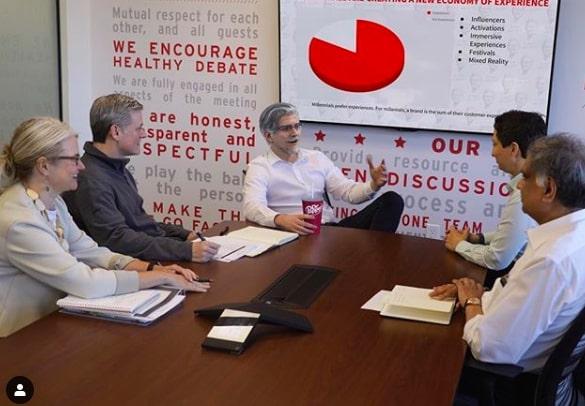 influenciadores virtuais - Colonel Sanders em reunião com equipe