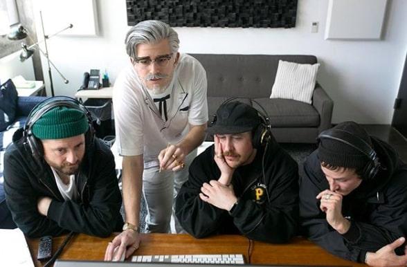 Influenciadores virtuais Colonel Sanders KFC trabalhando com equipe