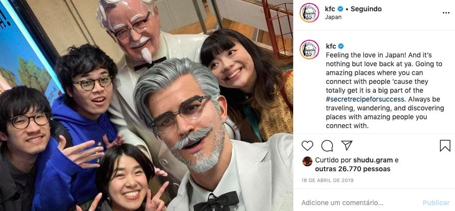 Influenciador virtual Colonel Sanders com japoneses em foto