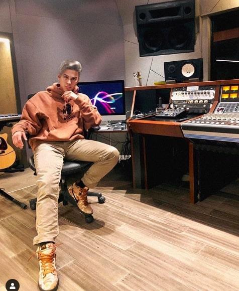 Influenciadores virtuais - Liam Nikuro no estúdio de música
