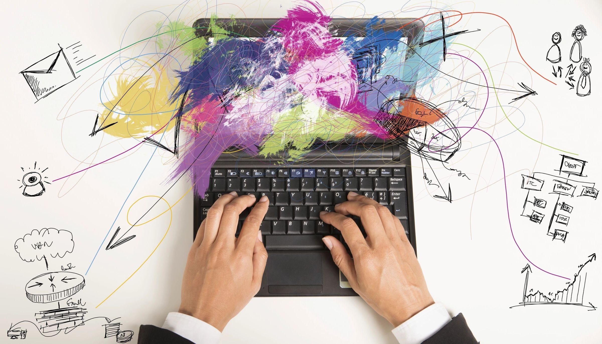 Mãos no teclado e pc saindo fumaça colorida
