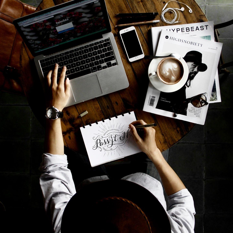 criatividade-comunicação-mulher-computador-anotações