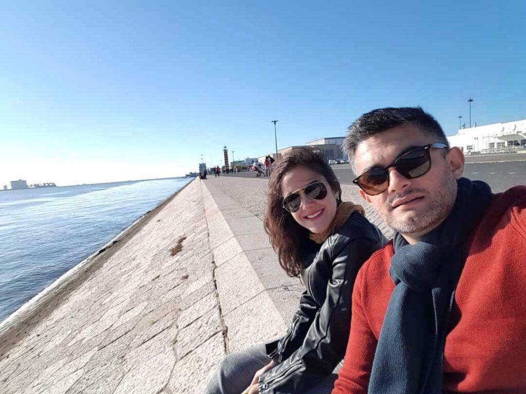 Casal à beira do Rio Tejo em Lisboa, Portugal