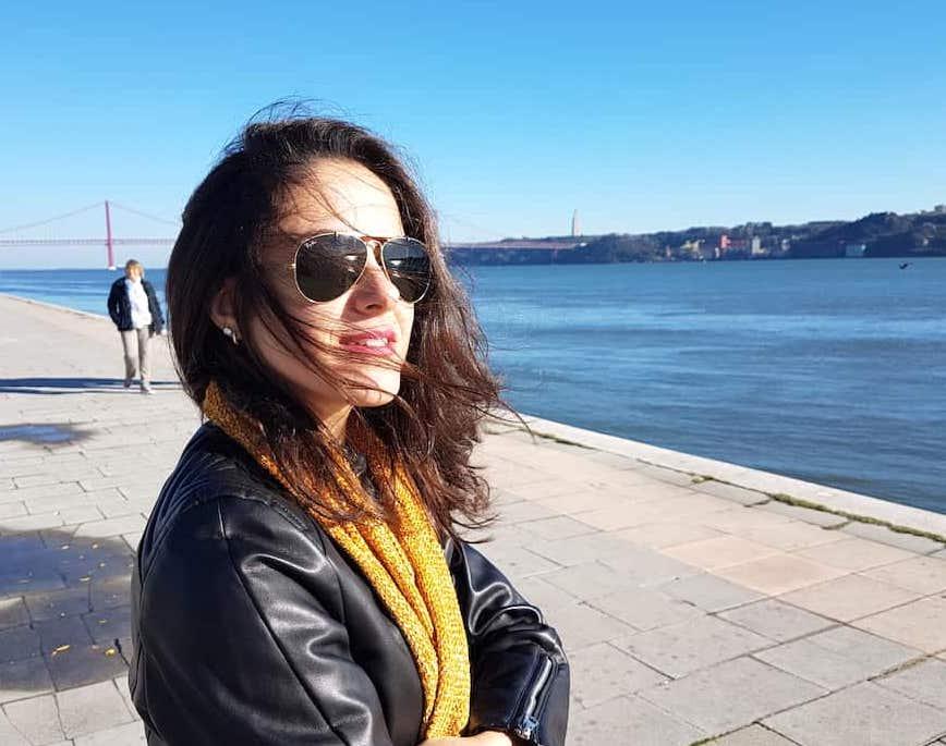 Moça à beira do Rio Tejo em Lisboa, Portugal