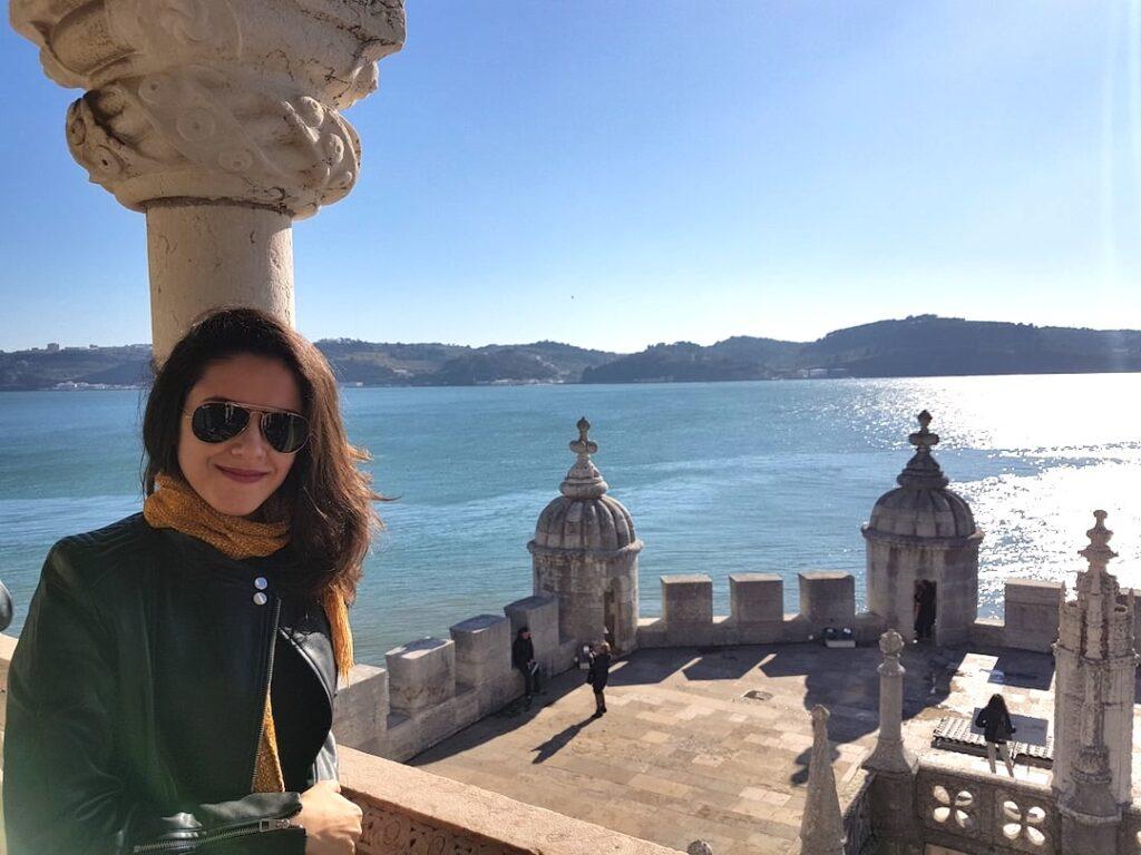 moça dentro da Torrede Belém com vista para rio Tejo