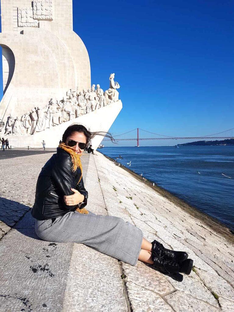 Mulher no monumento dos descobrimentos em Lisboa