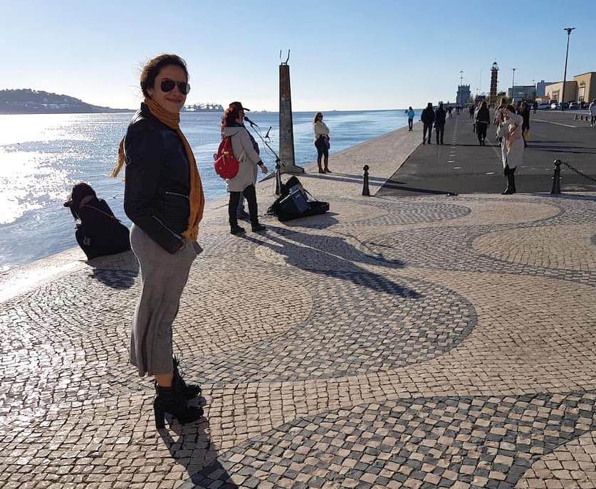 Mulher perto do Monumento dos Descobrimentos, Lisboa