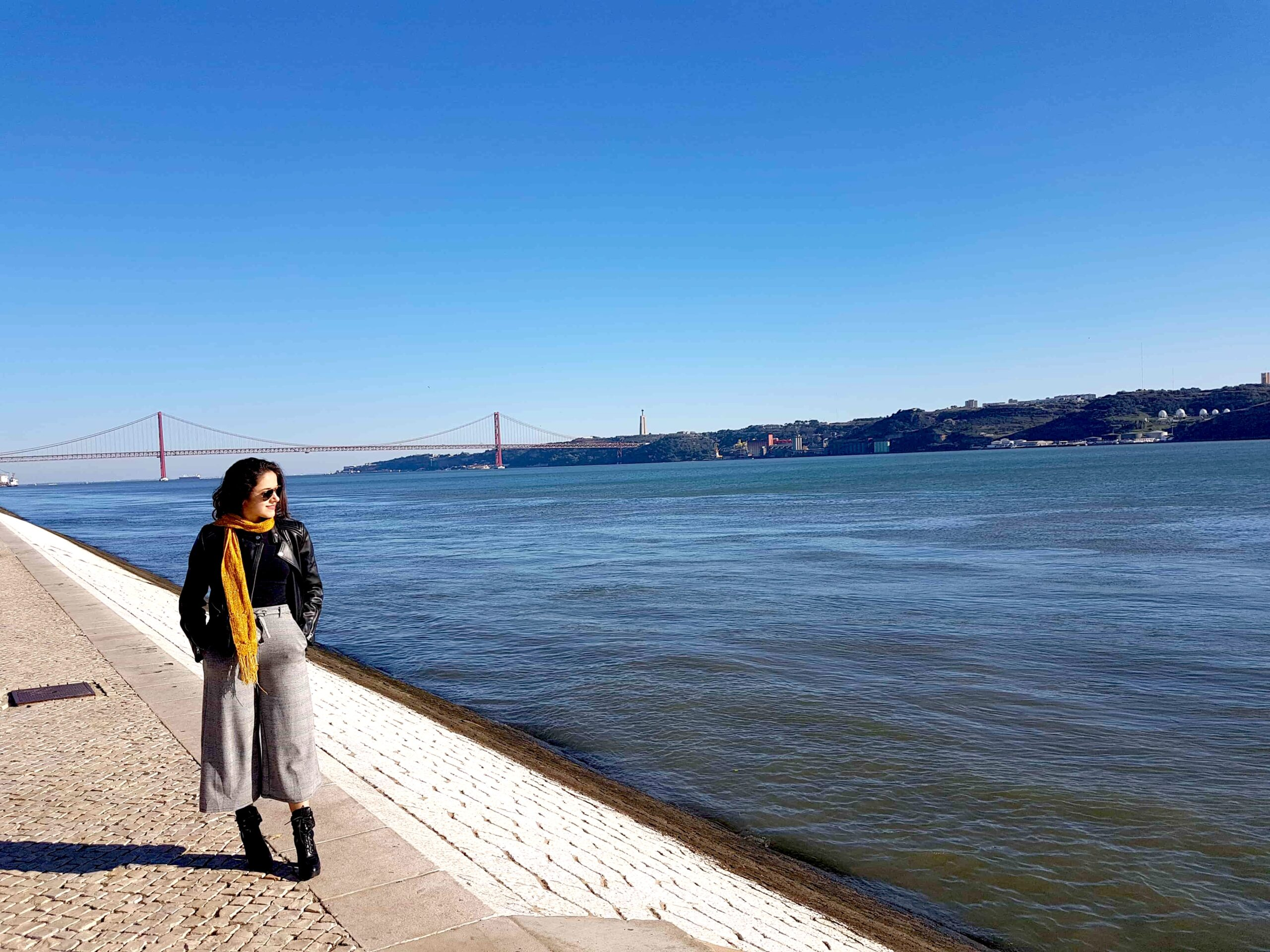 Mulher na beira do Rio Tejo, Lisboa, Portugal