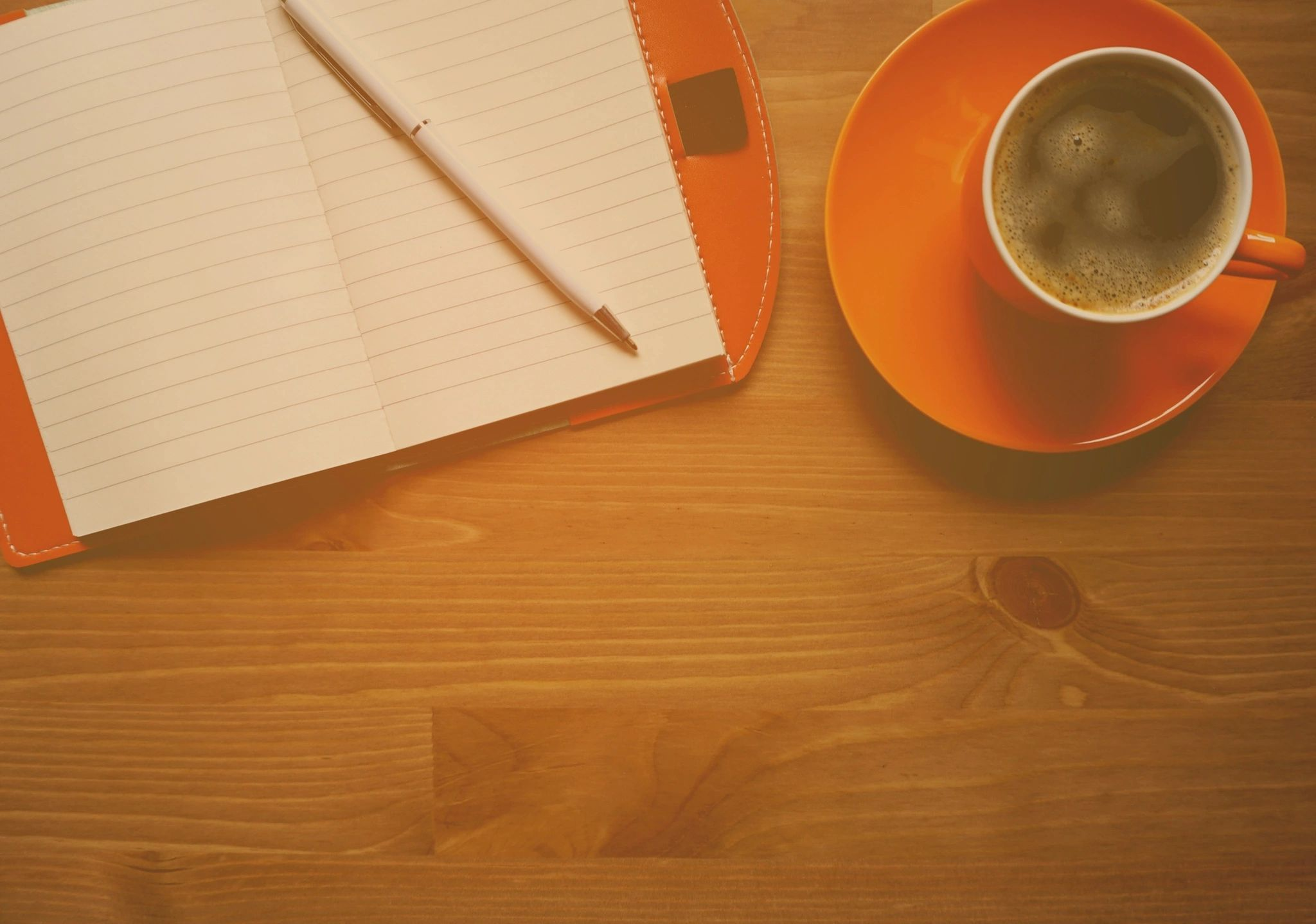 caderno em branco e xícara de café em mesa de madeira