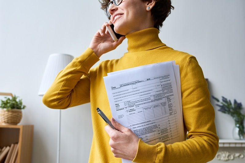 Woman-with-individual-income-tax-return-form-cm