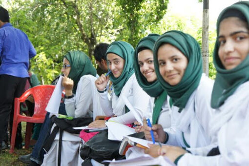 After Months, finally the children of Kashmir don their school uniforms