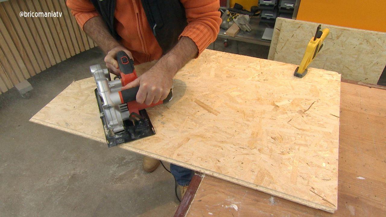 2. Cómo hacer una casa para perros cortar madera del tejado