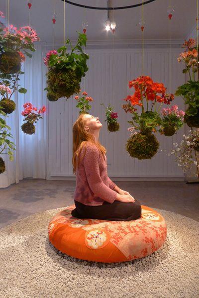 Decoración con plantas con flor para meditar