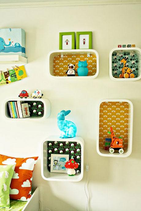Estantes infantiles en las paredes