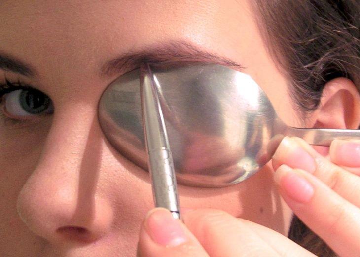 Dibuja las líneas inferiores de tus cejas