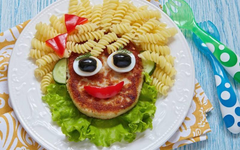 Señora cara de espaguetti con milanesa