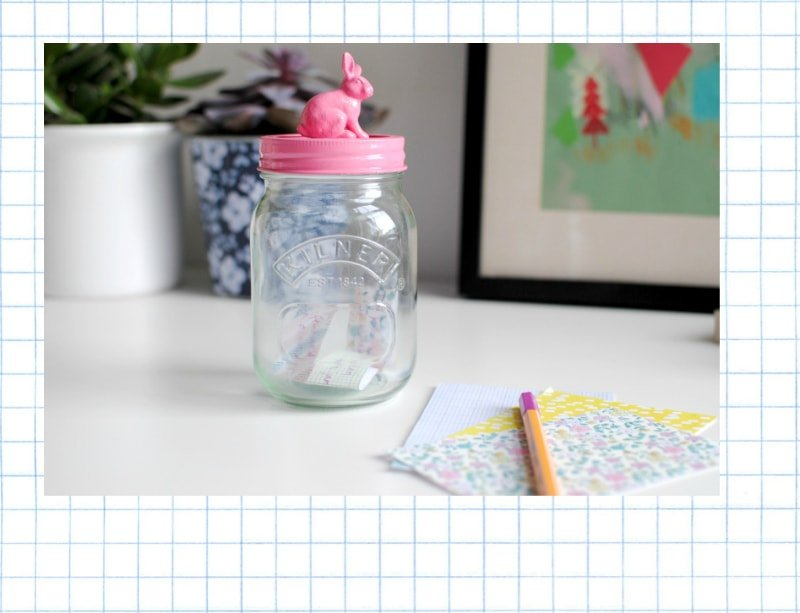 Añade juguetes a tus recipientes de cristal