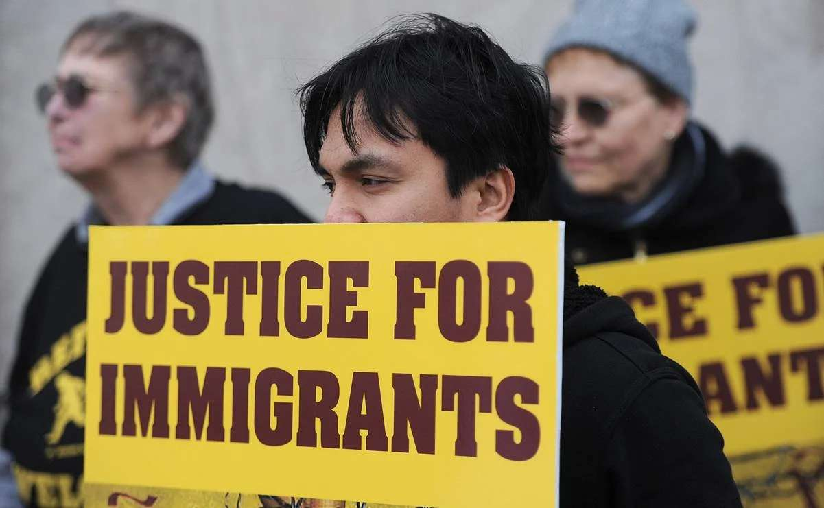 "Piden 13 estados de EU retomar norma antimigrante ""carga pública"" de Donald Trump"