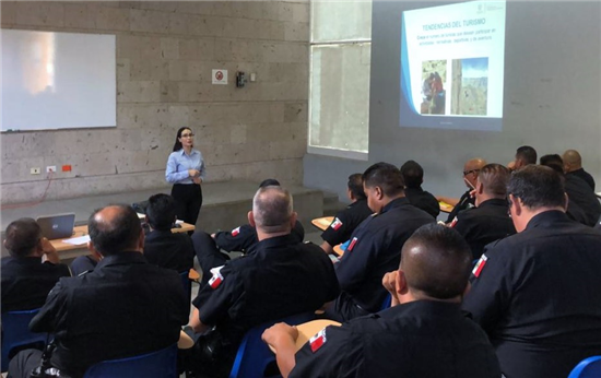 Para mejorar la atención a turistas, capacitan a policías municipales y personal del ramo hotelero