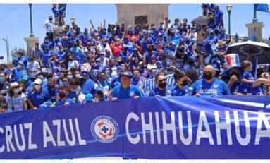 """Acuden aficionados del """"Cruz Azul"""" a la Plaza del Ángel para foto oficial de Campeones Liga MX 2021"""