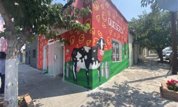 Presentan mural en Quesería Santa Regina
