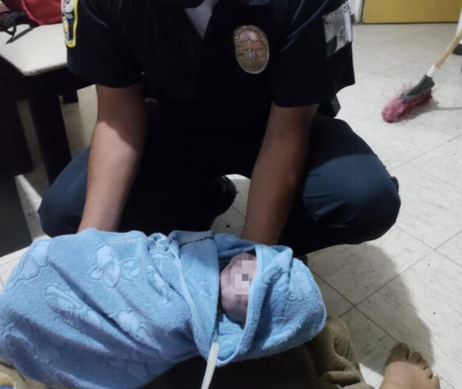 Ayudan policías a mujer que daba a luz en su domicilio en Rincón de los Olivos