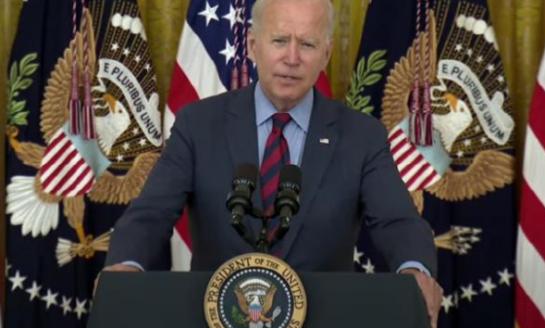 Ayuden a combatir la pandemia o quítense del camino: dice Biden a gobernadores