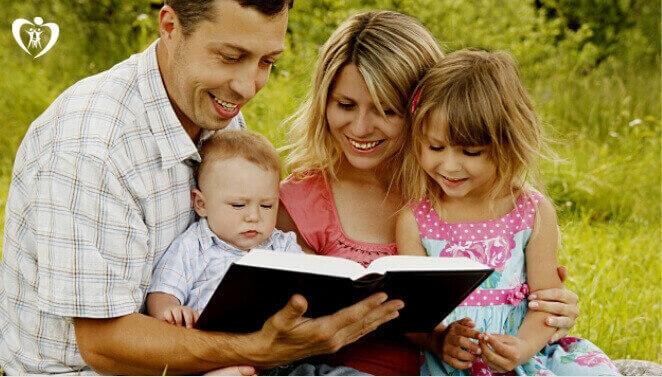 família-lendo a biblia