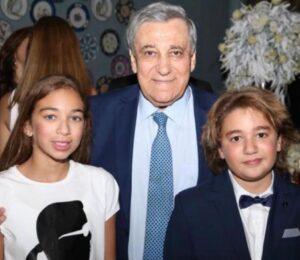 جولي مع جدّها الاستاذ محمد لمع وشقيقها