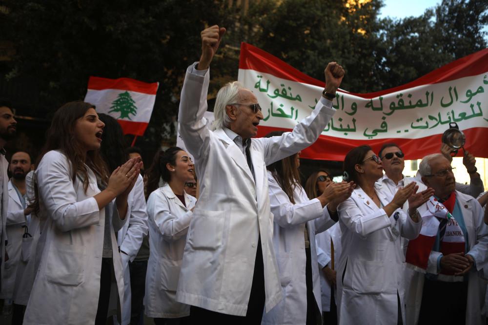 مرصد الأزمة في الجامعة الاميركية: هجرة جماعية ثالثة ستفقد لبنان خيرة عقوله