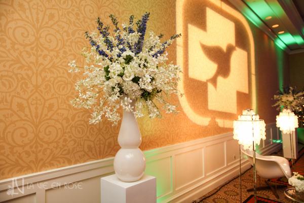 la-vie-en-rose-white-purple-green-hawaiian-orchid-arrangement-columns--pin-light-side-table-corporate-party-sandpearl-resort-clearwater-florida-