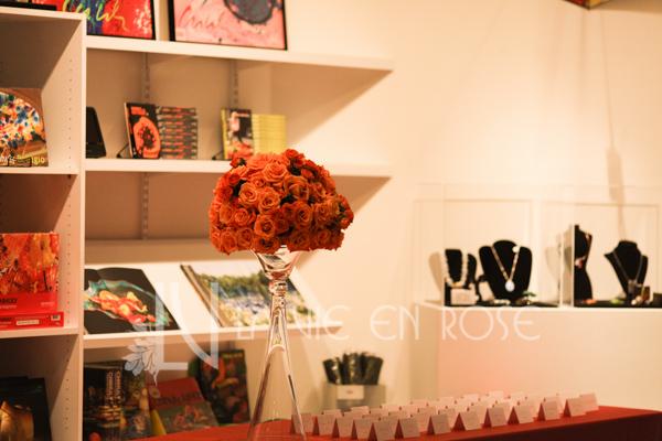 la-vie-en-rose-wedding-cocktail-hour-card-table-floral-arrangement-chihuly-museum-st.pete-florida
