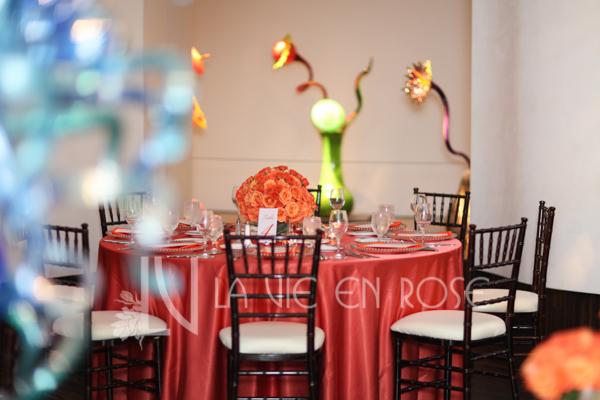 la-vie-en-rose-wedding-guest-table-red-blue-glass-coral-floral-arrangement-chihuly-museum-st.pete-florida