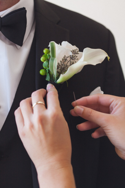 la-vie-en-rose-wedding-groom-tuxuedo-boutonniere-white-calla-lily-hypericum-ceremony-carillon-hilton-hotel-st-petersburg-florida