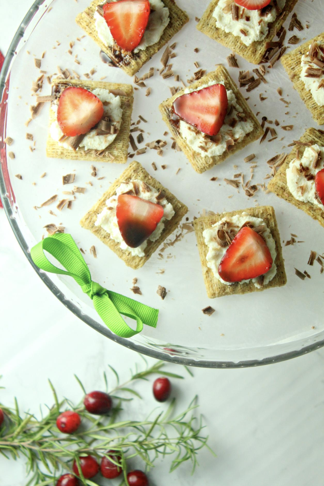 Need a quick party appetizer or snack that's perfect for your next holiday party? Try my recipe for Triscuit Cheese and Chocolate-Dipped Strawberries! #HolidaysWithTriscuit #IC #AD