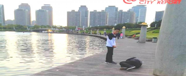 Shocking: A Chinese Company punishes sales staff by making them crawl around lake
