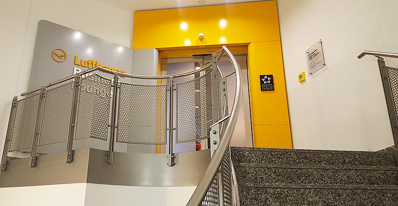 Lufthansa Business Class Lounge Frankfurt - Travel with Mia - Entrance