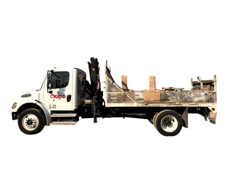 Grúa Hiab 070 sobre camión Freightliner M2 de 25,000 libras