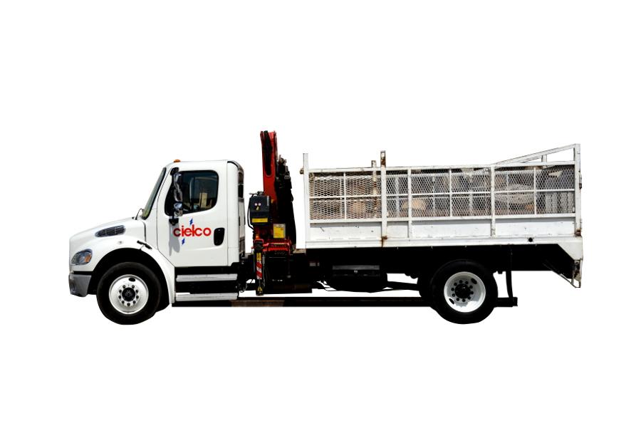 Grúa Fassi F080 sobre camión Freightliner M2 de 25,000 libras