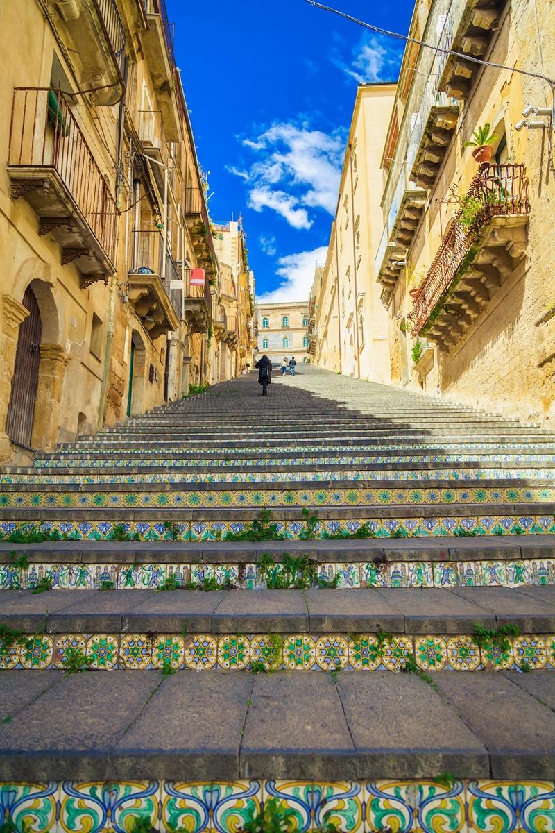 italiainpiega-pieghe meravigliose-itinerari moto sud italia-sicilia orientale-caltagirone