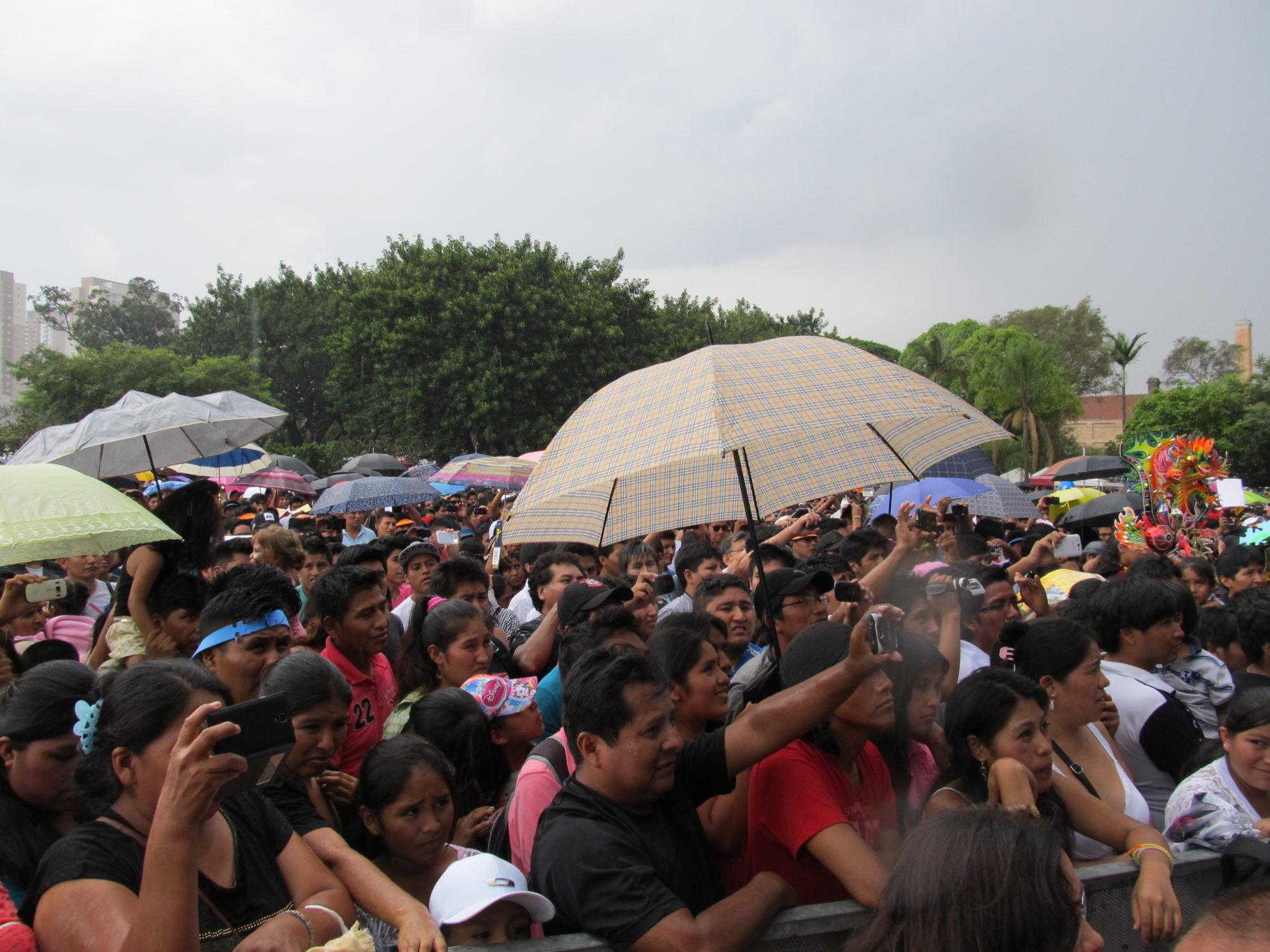 Público não se intimidou com a chuva e manteve a Alasitas lotada o dia todo. Crédito: Rodrigo Borges Delfim
