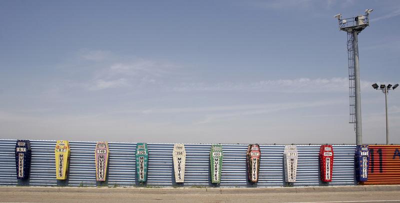 Monumento aos mortos na fronteira México-EUA, entre as cidades de Tijuana e San Diego. Crédito: Tomas Castelazo