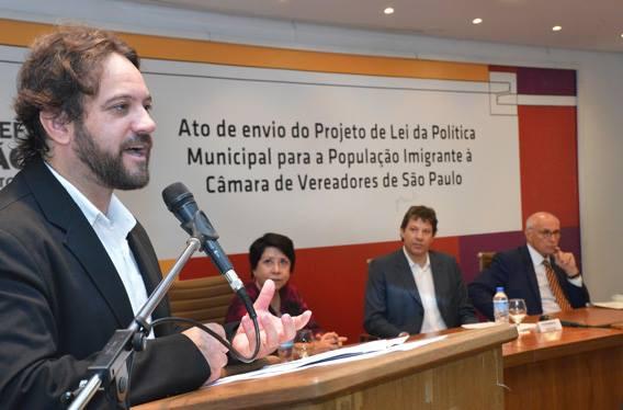 Paulo Illes no ato de entrega à Camara do projeto da Política Municipal para a População Migrante. Crédito: Fernando Pereira/SECOM