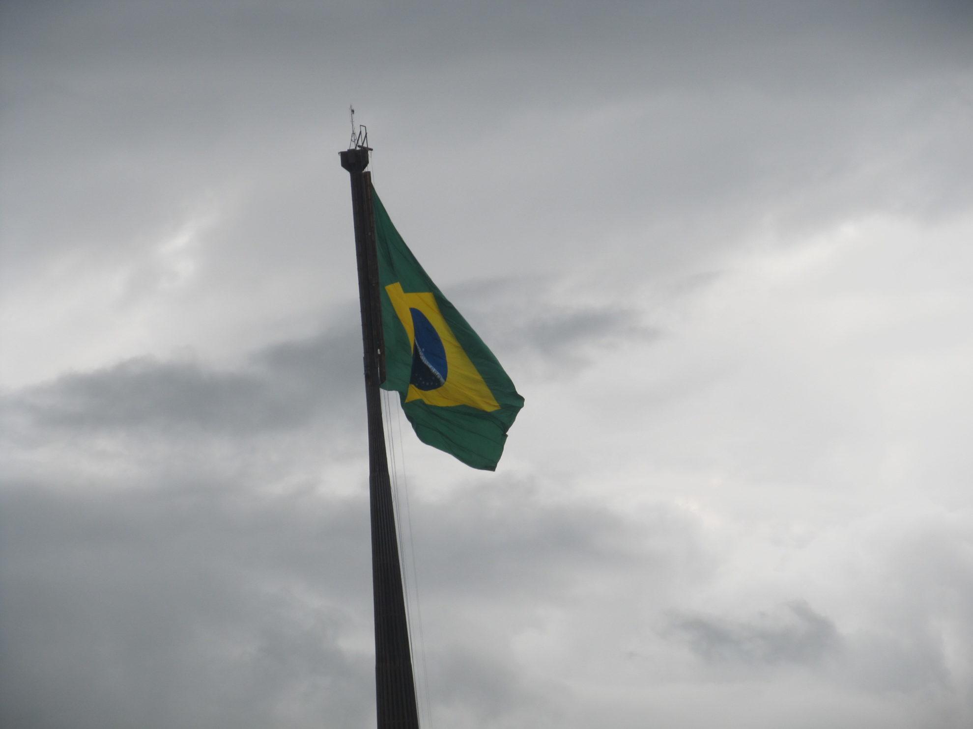 Bandeira do Brasil na Praça dos Três Poderes, em Brasília